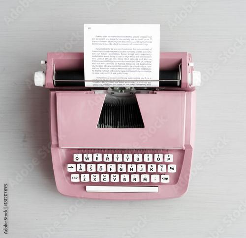 Retro pastelowy maszyna do pisania na szarości powierzchni