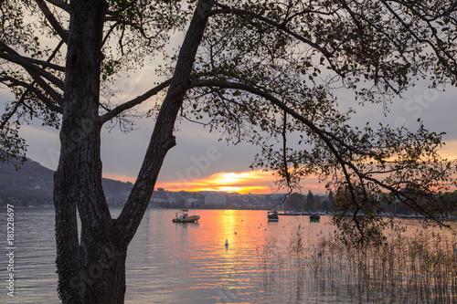 Fotobehang Zalm Coucher de soleil sur le lac d'Annecy