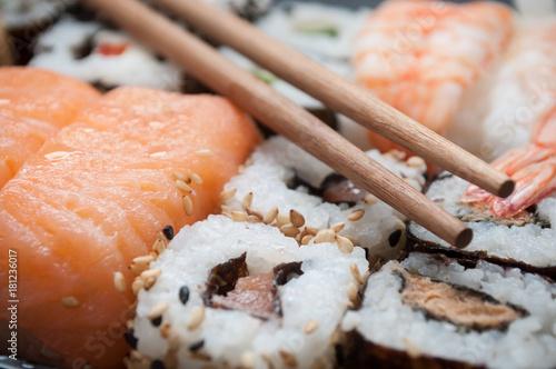 Tuinposter Sushi bar assortiment de sushis et makis