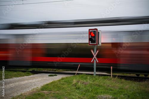 Pociąg przejeżdżający z dużą prędkością wokół drogi, Austria, Europa