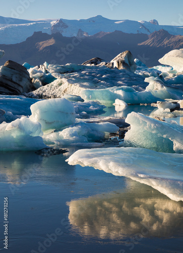 Staande foto Blauwe jeans Beautiful landscape with glacial icebergs in Jokulsarlon glacier lagoon, Iceland