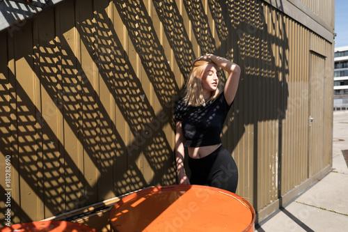 Tuinposter Jogging Junge Frau im Sportoutfit in der Stadt