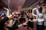 Persone che ballano durante una festa - 181285640