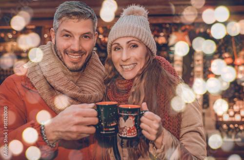 Paar im Winter auf dem Weihnachtsmarkt Poster