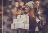 Frau beim Einkaufen - 181328241