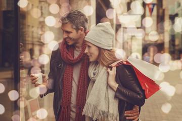 Paar beim Einkaufen in der Stadt