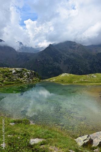 In de dag Bergen See im Sonnenlicht in den Südtiroler Bergen