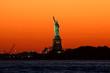 Quadro Freiheitsstatue, Sonnenuntergang mit orange gelbem Himmel, New York