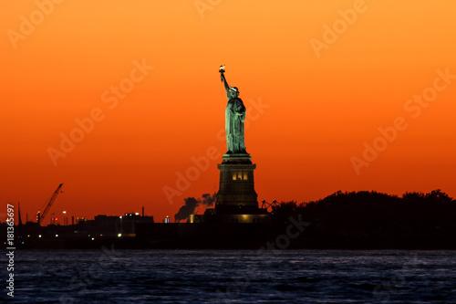 Freiheitsstatue, Sonnenuntergang mit orange gelbem Himmel, New York
