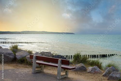 Tuinposter Beige un banc face à la mer