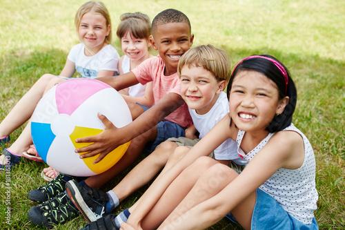 Viele Kinder als Freunde im Park Poster