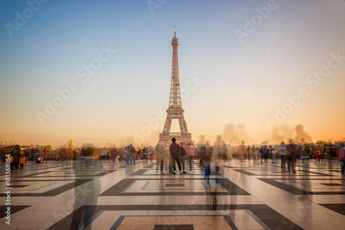 Plagát Blurred people on Trocadero square admiring the Eiffel tower at sunset, Paris, F