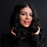 Wspaniała brunetka z kręconymi włosami
