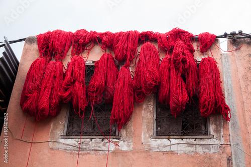 Tuinposter Marokko Rot gefärbte marokkanische Wolle in Marrakesch trocknet