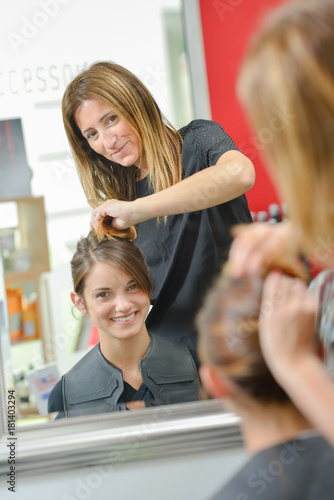 Aluminium Kapsalon Girl at the hairdresser