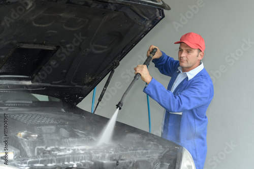 pressure cleaning the vehicles boot Plakát