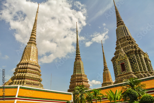 Papiers peints Bangkok Pagoda is in Wat Pho that was named as the temple of the pagoda or chedi that are decorated with yellow glaze or glazed tiles or dark blue.