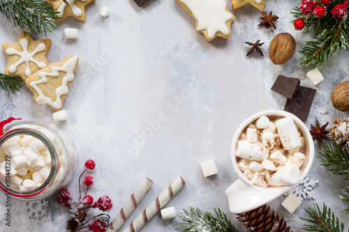 Tuinposter Chocolade Christmas frame. A cup of hot chocolate and gingerbread, Christmas gifts on the table. Flat lay, top view with copy space.