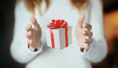Mani con pacco regalo per natale o compleanno