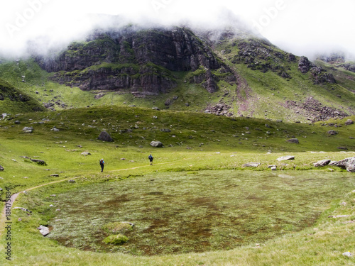 Fotobehang Pistache Trekking por los Pirineos