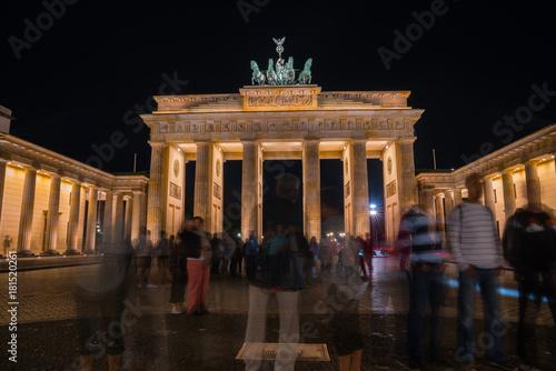 In de dag Berlijn Historic Brandenburg Gate illuminated at night