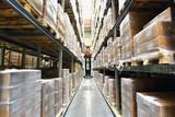 Warenlager mit Hochregalen in einer Gewerbeimmobilie für Logistik //Warehouse with high-bay racks in a commercial property for logistics  - 181534210