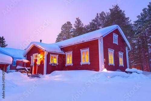 Drewniany domek fiński dom pokryty śniegiem w zimie