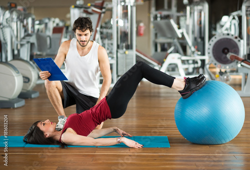 Póster Woman using a fitness ball to work out