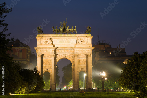 In de dag Milan Triumphal Arch (Porta Sempione) in the Night Scenery. Milan