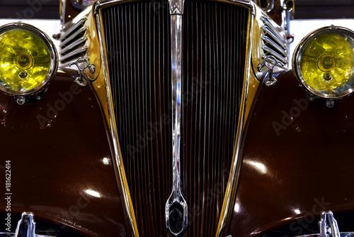 Szczegóły rocznika samochodu w kolorze brązowym. Chromowana kratka