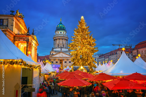 Papiers peints Berlin Christmas market, French church and konzerthaus in Berlin, Germany