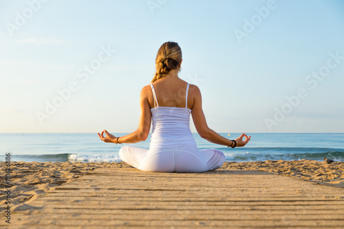 Aluminium School de yoga girl doing sport on the beach