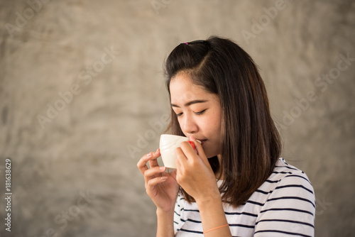 Papiers peints Cafe Portrait of asian girl drinking hot coffee