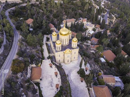 In de dag Lavendel Moscovia Gorny monastery church buildings golden, forest Ein Karem, Jerusalem israel Hadassah Medical Center landscape cityscape view holly religious places tourism.