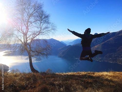 ragazzo vola in montagna Poster