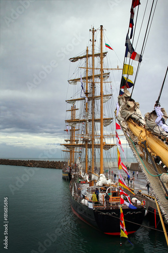 Keuken foto achterwand Schip Sailboat in port