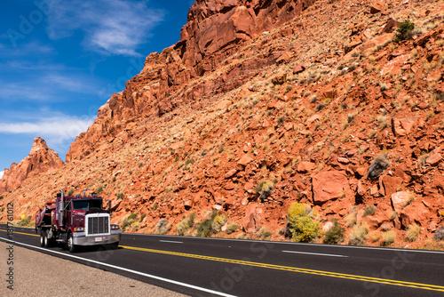 Foto op Plexiglas Koraal Landschaft USA Westen mit rotem Truck