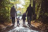 Waldspaziergang mit Familie - 181780620