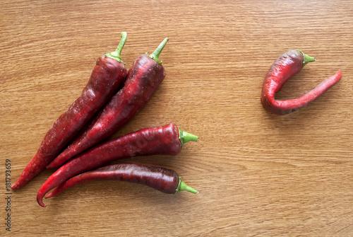 Plexiglas Hot chili peppers Peperoncini su sfondo