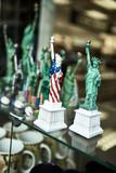 New York - Freiheitsstatue als Kitsch - 181812420