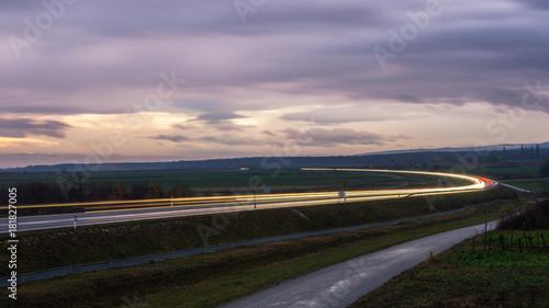 Foto op Plexiglas Lavendel Landstraße Umfahrung im Burgenland am Abend