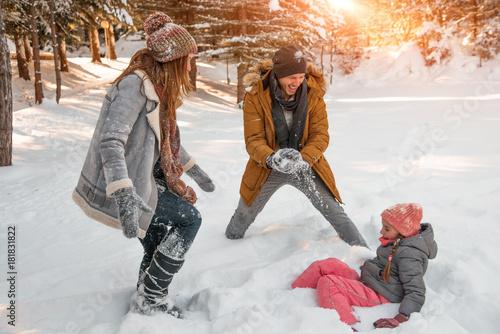 zabawne wintertimes z rodzicami i dzieckiem