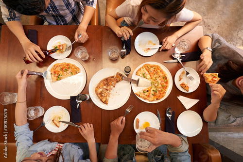 Young people eating pizzaa Poster