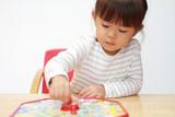 ボードゲームで遊ぶ幼児 (3歳) - 181929424