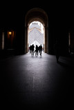 Persone in silhouette entrano in un palazzo con arco - 181931660
