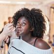 Afrikanisches Plus Size Model wird geschminkt