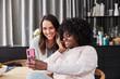 Jugendliche Frauen machen Selfie mit Smartphone