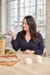 Plus Size Frau beim Dinner essen mit Date