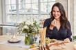 Frau in Küche beim romantischen Abendessen