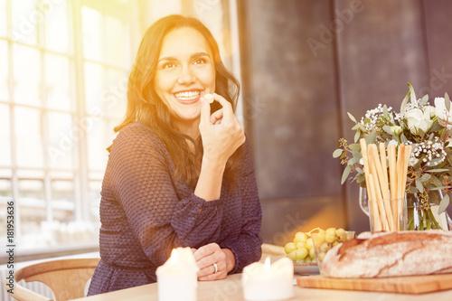 Glückliche Frau beim romantischen Abendessen mit Date - 181953636